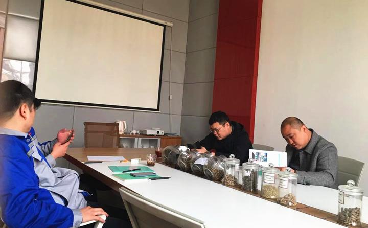 销售经理为客户详细介绍木屑制粒机的制粒原理、颗粒的销路、颗粒的优缺点等.jpg