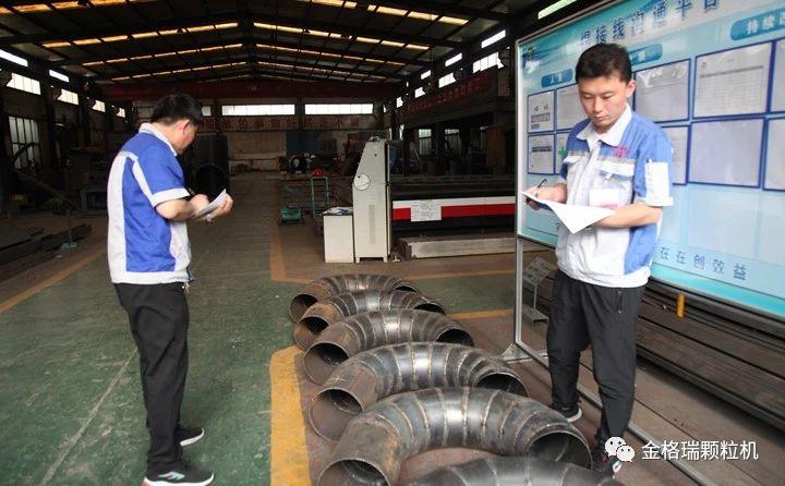特邀兄弟公司章丘丰源生产部部长韩辉与山东布洛尔生产部部长景维江作为主裁判